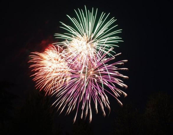 Prächtiges Himmelsfahrts-Feuerwerk direkt hinter dem Haus