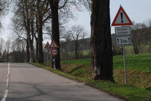Straßenschäden-Hinweisschild auf der B101