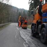Bautrupp bei den jährlichen Flickarbeiten auf der B101